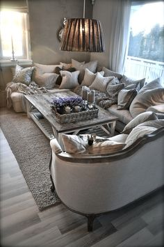 Many many pillows | love the style | villa paprika | rustic living room | warm color scheme