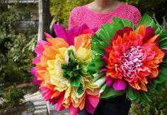 Como fazer uma flor gigante e colorida com papel crepom