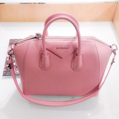 Offrez-vous un sac de princesse comme l'Antigona de Givenchy sur Leasy Luxe ! www.leasyluxe.com #princess #refined #leasyluxe