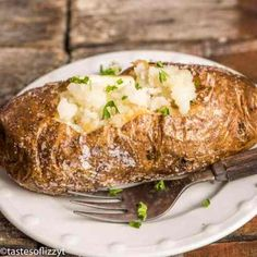 Wondering how restaurants get those perfectly baked potatoes? Here's the hints on how to make the best oven baked potatoes with salty, crispy skin and fluffy potato inside. Best Oven Baked Potatoes, Salted Baked Potato, Best Baked Potato, Best Potato Recipes, Perfect Baked Potato, Potatoes In Oven, Cheese Potatoes, Mashed Potatoes, Favorite Recipes