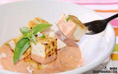 El tofu es un alimento muy nutritivo y bajo en grasas, aunque no es muy sabroso, podemos acompañarlo con salsas que hacen que el plato resulte delicioso, ligero y saludable. Os proponemos esta receta de tofu con salsa cremosa, toques cítricos y picante.
