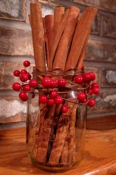 (Cinnamon sticks in a mason jar+ berry garland - so simple!!!