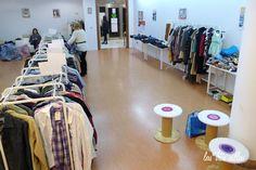 Las Tres Sillas en el 15º intercambio De Armario a Armario en Valencia Valencia, Vacuums, Home Appliances, Home Decor, Clothing Swap, Vintage Furniture, Organize, Chairs, House Appliances