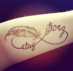Tätowierungsdesign-Endlosigkeitssymbol-Feder-stay-strong