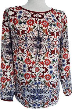 Blusa gloss con pliegues estampado floral, detalles en cuello y mangas, amplia, confortable y actual.