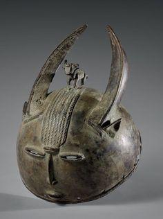 Casque Senoufo - Mali/ République de Côte d'Ivoire Bronze à patine verte H.: 13 cm - Diam: 21 cm Casque à grandes cornes surmonté d'une antilope. Manques visibles. Pour un masque approchant, Cf Afrique… - Eve - 07/12/2015
