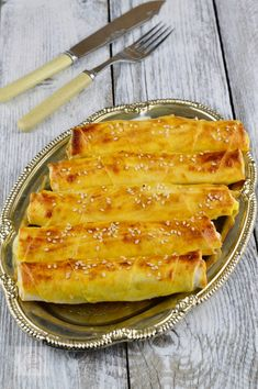 Placinte turcesti cu branza (Sigara Borek) - CAIETUL CU RETETE Turkish Recipes, Ethnic Recipes, Cooking Recipes, Healthy Recipes, Pastry And Bakery, New Menu, Food Cakes, Something Sweet, Cake Recipes
