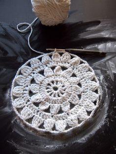 Mitä näistä on tulossa? Free Crochet Doily Patterns, Crochet Designs, Crochet Doilies, Crochet Flowers, Crochet Lace, Diy And Crafts, Arts And Crafts, Diagram Chart, Crochet Accessories