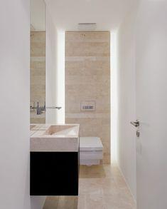 Gleicher Naturstein für Boden- und Wandbelag wie für Duschtasse