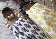 Pyyhelenkkien avulla saat keittiö- tai kylpypyyhkeet nätisti esille. Ripustusrenkaat valmistuvat sukkelasti rautalankaan pujotetuista puuhelmistä.