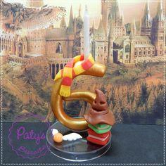 Vela decorada personalizada da série Harry Potter, com um dígito (para velas com 2 dígitos, consulte este link: http://www.elo7.com.br/vela-decorada-harry-potter-2-digitos/dp/5C1616). Também faço com o cachecol das outras casas de Hogwarts, ou com outras decorações; entre em contato! <br> <br>Produto sob encomenda. Valor unitário. <br>Material: biscuit; base acrílica transparente; pavio de vela mágica estrelada ou vela simples. Altura aproximada: 9cm + pavio. <br> <br>