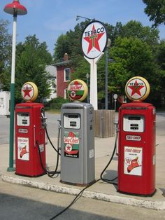 Old Gas Pumps, Vintage Gas Pumps, American Gas, Pompe A Essence, Small Town America, Old Gas Stations, Filling Station, Texaco, Old Signs