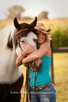 RR3D2516 Ceili hugs her horse in her senior portrait session with Peter DeMott (kennedy)