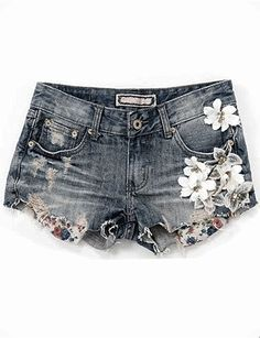 denim shorts is colored with flowers on the side of the right bag is cold and there are short and medium sizes guys is very nice and is from France and has a cost of 150 dollars Painted Jeans, Painted Clothes, Diy Pantalones Cortos, Estilo Jeans, Diy Sac, Denim Fashion, Womens Fashion, Diy Shorts, Diy Vetement