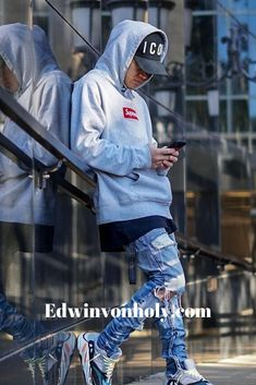 Streetwear is a style of casual clothing which became global in the hip hop, punk and Japanese street fashion. Eventually haute couture became an influence. Best Streetwear Brands, Mode Streetwear, Streetwear Fashion, Hypebeast Outfit, Hip Hop Outfits, Mens Clothing Styles, Mens Fashion, Street Fashion, Fashion Edgy