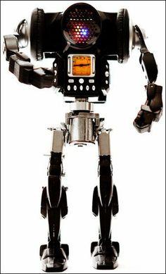 いろいろな廃材を組み合わせてなんだか異様な雰囲気のロボットに その3