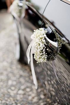 Wedding car jewelry: tips and 40 inspiring ideas in various .- Hochzeit-Autoschmuck: Tipps und 40 inspirierende Ideen in verschiedenen Stilen Car jewelry wedding on the tires - Diy Wedding, Wedding Flowers, Wedding Photos, Dream Wedding, Wedding Cars, Wedding Car Ribbon, Bridal Car, Wedding Car Decorations, Princess Carriage