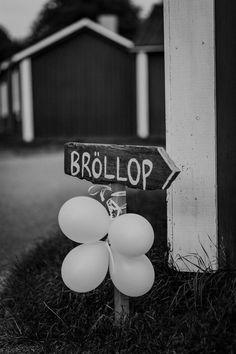 bröllop, bröllopsfotograf, inspiration bröllop, bröllopsinspiration, dukning, tårta, brudklänning, bröllopsklänning, bröllopslekar, bröllopstårta, porträtt, fotograf, riskastning, förberedelser, brudgum, coolt, hipster, annorlunda bröllop, wedding, wedding photographers sweden, swedish wedding, scandinavian wedding, hålla tal, florist, mua, make up, vigsel, kyrkligt, borgerligt, präst, kyrka, tält, bröllopstält, utomhusvigsel When I Get Married, I Got Married, Getting Married, Scandinavian Wedding, Swedish Wedding, Wedding Favors, Wedding Decorations, From Miss To Mrs, Garden Party Wedding