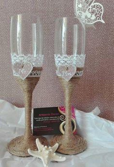 Copas para el brindis nupcial, decoradas a mano en hilo de esparto y encaje.