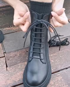 How To Tie Laces, Ways To Lace Shoes, Diy Clothes And Shoes, Diy Fashion Hacks, Tie Shoelaces, Fashion Shoes, Mens Fashion, Tie Shoes, Clothing Hacks