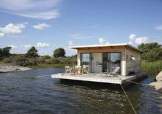 Small and comfy, this houseboat occupy almost 650 square feet area, with about 200 square being the sundeck.