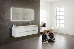 Prachtig greeploos badkamermeubel van 160cm breed. Wastafel van Solid Surface met 1 grote kom. Spiegel heeft LED verlichting rondom en een klok. Thebalux Frozen