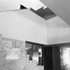 Alvaro Siza, Casa Avelino Duarte, Situated on a long rectangular plot of land, the house is divided up into three floors along the lines of Loos's Raumolan. The reference to Loos is also. Facade, Arch, Stairs, Construction, House, Flooring, 1980, Interior, Geometry