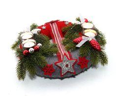 Ein besonderer, wunderschöner Adventskranz der sie durch die Adventszeit begleitet :)  Der Adventskranz ist mit grauer und roter Wolle umwickelt und mit Glaskugeln, Bändern, unechter Tanne und...