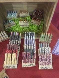 Paquete de Imanes decorativos pinza de pines de 5 ropa. Puede utilizarse para colgar notas o fotos en la nevera. Se puede pedir con cualquier color o diseño (puntos, chevron, rayas, flores, etc.).