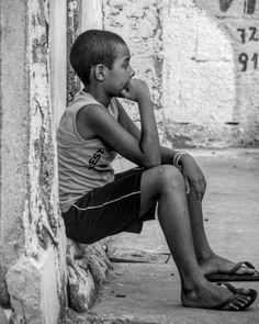 Nesta vida pode-se aprender três coisas de uma criança: estar sempre alegre nunca ficar inativo e chorar com força por tudo o que se quer.  #photo #photogram #crianças #realidade #reality #child #favelaboy #pavaopavaozinho