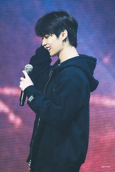Ughhh Minho is such a bias wrecker Lee Minho Stray Kids, Lee Know Stray Kids, K Pop, Rapper, I Know You Know, Korean Boy, Wattpad, Kids Wallpaper, Purple Aesthetic