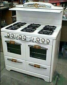 6 burner tappan Antique Kitchen Stoves, Vintage Kitchen Appliances, Antique Stove, Old Kitchen, Kitchen Items, Country Kitchen, Kitchen And Bath, Kitchen Decor, Retro Kitchens