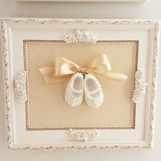 Quadro sapatinho de pérolas... um charme! #babydeluxe  #babydeluxeenxovais  #decor  #quartodebebe  #bebechic  #quadro
