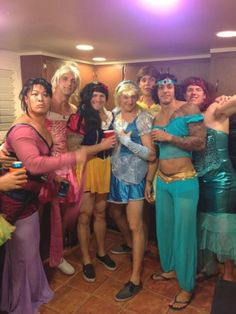 Guys as Disney princesses. I think bell with all his tattoos a d Mulan are the best Kida Disney, Disney Love, Disney Princes, Funny Disney, I Love To Laugh, Make Me Smile, We Are The World, Haha Funny, Funny Stuff