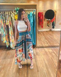 A imagem pode conter: 1 pessoa, em pé Women's Summer Fashion, Boho Fashion, Fashion Outfits, Womens Fashion, Surf Style, My Style, Boho Style, Moda Hippie, Boutique