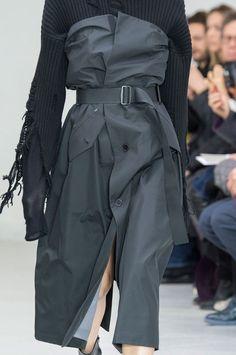 Yang Li at Paris Fashion Week Fall 2016 - Details Runway Photos Look Fashion, Fashion Details, High Fashion, Fashion Show, Fashion Outfits, Fashion Design, Unique Fashion, Contemporary Fashion, Luxury Fashion