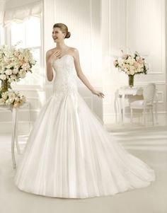 I would like sleeves on both shoulders. But this is the perfect dress. Pronovias Wedding dress One shoulder tulle with lace application La Sposa Wedding Dresses, Pronovias Wedding Dress, Wedding Dress 2013, Wedding Dress Organza, Wedding Dress Cake, Amazing Wedding Dress, Wedding Dresses Photos, White Wedding Dresses, Wedding Dress Styles