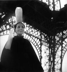 Robert Doisneau: Bigoudène et Tour Eiffel, 1950