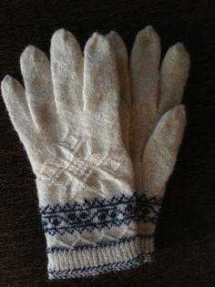 Ravelry: llunallama's Winter Star Gloves