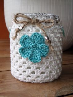 Step by Step: How to Cover Bottles With Fine Macramé/sailor's knots. Detailed photographs and text from start to finish Crochet Home, Crochet Crafts, Crochet Baby, Crochet Projects, Knit Crochet, Crochet Designs, Crochet Patterns, Crochet Jar Covers, Jar Art
