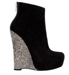 Alejandro Ingelmo! Nos trae locas:  http://www.zapatos.org/2012/01/27/nueva-coleccion-de-zapatos-alejandro-ingelmo-no-sabemos-si-estas-preparada/