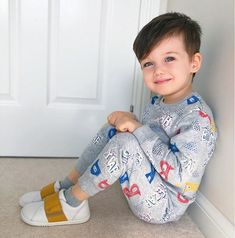 A imagem pode conter: 1 pessoa, sapatos e área interna Cute Little Baby Girl, Cute Baby Boy Outfits, Beautiful Little Girls, Beautiful Babies, Little Babies, Cute Babies, Kids Boys, Baby Kids, Handsome Kids