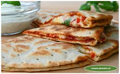 Pizzadillas - all about BREAD - Wraps Recipes Quesadilla Recipes, Burger Recipes, Pizza Recipes, Gluten Free Recipes, Vegan Recipes, Pizza Quesadilla, Quesadillas, Tortilla Pizza, Salads