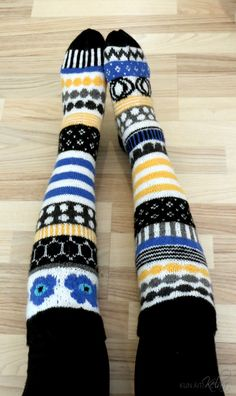 Tiedätkö tunteen, kun jokin iskee No juuri niin minulle kävi nähdessäni… Knitted Boot Cuffs, Knitted Slippers, Wool Socks, Knit Boots, Crochet Socks, Knit Or Crochet, Knitting Socks, Hand Knitting, Knitting Charts