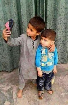 Kids Taking Selfie Poor Children, Precious Children, Beautiful Children, Beautiful Babies, Funny Babies, Funny Kids, Cute Kids, Cute Babies, Kids Around The World