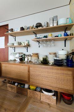 ハンス・J・ウェグナーのチェストを食器入れに。IKEAで買ったアイアンの棚受けに板を載せて、オープンシェルフを。