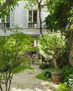 Le jardin secret de François Laffanour L'entrée de la maison-galerie, une parenthèse verte en plein Paris. Photo © Vincent Leroux / Réalisation Marie Kalt