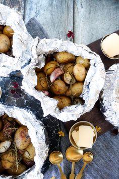 Nye Kartofler Og Hvidløg I Staniol Bagt I Ovnen – One Kitchen – A Thousand Ideas Cooking Cookies, Veggie Dinner, Danish Food, Danishes, Cooking Recipes, Healthy Recipes, Healthy Dinners, Outdoor Cooking, Food For Thought