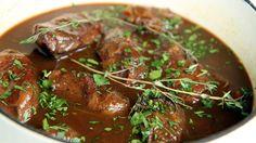 Å bresere betyr å steke ved svak og fuktig varme. Svinekjakene blir nydelig møre ved lang koking i en tett gryte i stekeovnen.