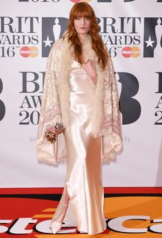 Florence Welch no red carpet do Brit Awards 2016
